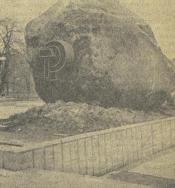 """""""Ozdobený"""" balvan v roce 1975 a už jenom jako vzpomínka na Kozí vrch (Gaisberg) při jeho rodném Údolí (Jetzkobrunn) 2010"""