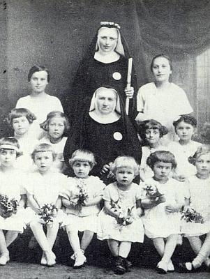 Dva snímky, ten jeden z roku 1927 se sestrou představenou Stanislavou uprostřed mezi dětmi a druhý z roku 1993 se stoletou budovou dětského domova, dosvědčují, že v Nových Hradech působily kdysi i sestry řádu servitů