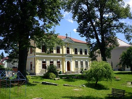 Dnes (2012) je budova součástí areálu mateřské školy (vpravo je vidět bývalý chudobinec, viz Margarete von Buquoyvá)