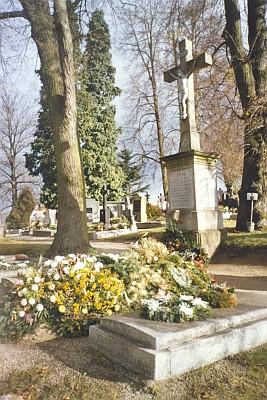 Čerstvý hrob 2005 na novohradském hřbitově
