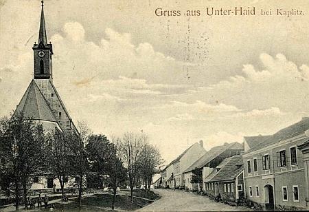 Stará pohlednice Dolního Dvořiště zachytila původní podobu otcova rodného domu (druhý zprava)