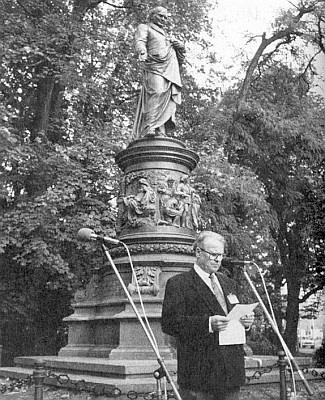 Při projevu před Lannovým pomníkem v Českých Budějovicích