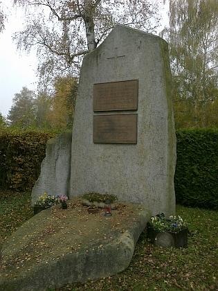 Ještě jeden pohled na památník s detailem nápisu