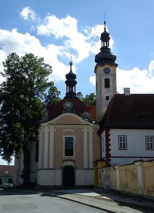 """... tzv. """"Škapulířová kaple"""" při kostele Navštívení Panny Marie, ..."""
