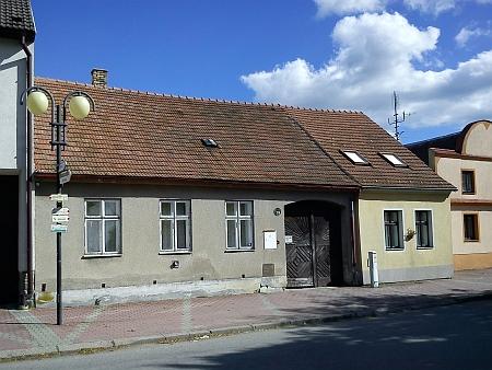 Dům čp. 79 na borovanském náměstí vedle zámku - ...