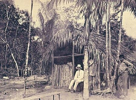 Autor před indiánskou chatrčí v Brazílii