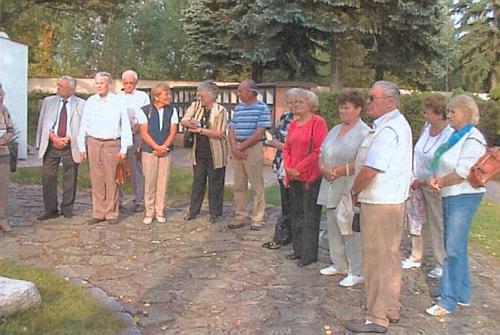 Na snímku z rodáckého setkání v roce 2009 ji vidíme zcela napravo stojící před pamětním kamenem načeskobudějovickém hřbitově sv. Otýlie