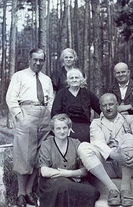 Paní Marie Knappová, roz. Bieblová, vlese u vily v Římově se svými dětmi Bertlem (Adalbertem), Ellou, Karlem, Franzem a Sonjou, provdanou Kodíčkovou