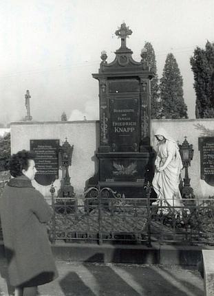 Hrobka rodiny Knappovy v Mladém - ještě s andělem, později ukradeným neznámými pachateli...
