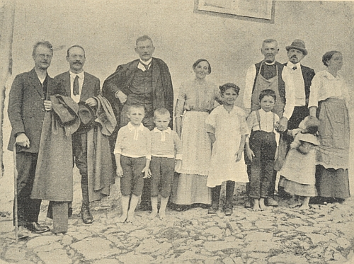 Vedle Hanse Watzlika stojí druhý zleva před rodným domem Josefa Ranka v dnes zaniklých Chalupách, pán dál napravo v klobouku je Josef Blau, to vše v roce 1915