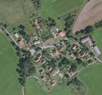 Děd ještě sedlačil v Maňavě (Deutschhaidl), zde zachycené na leteckých snímcích z let 1947 a 2008