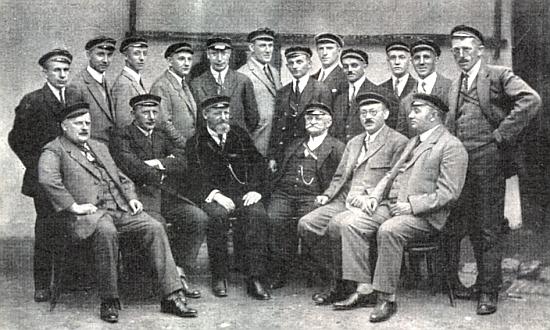 """Tady sedí druhý zprava vedle Hanse Schreibera a Zephyrina Zettla na snímku z roku 1927, zachycujícím setkání """"feriálního"""", tj. """"prázdninového"""" sdružení """"Hochwald"""" (mezi stojícími vidíme čtvrtého zleva Josefa Ticka a šestého zleva Wilhelma Waldeka"""