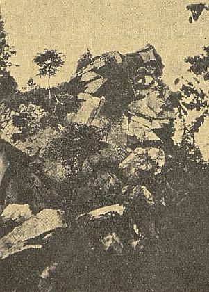 Temeno skalnatého vrchu Hausberg u Perneku na snímku, doprovázejícím článek Karla Schefczika o tamních nálezech keramických střepů