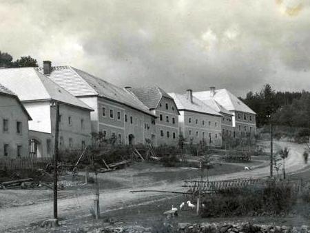Na výřezu ze Seidelova snímku vidíme rodný uprostřed se skosenou střechou nad štítem