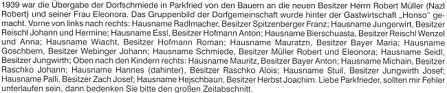 """Snímek z roku 1939 zachycuje předávání kovárny v tehdejším Parkfriedu novému majiteli Robertu Müllerovi a jeho ženě Eleonoře - v textu pod snímkem jsou připomenuta jména účastníků události včetně jejich označení """"po chalupě"""""""