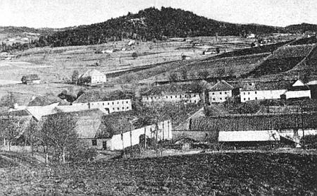 Vrch Hausberg, pod ním někdejší Parkfried (dnes Bělá)