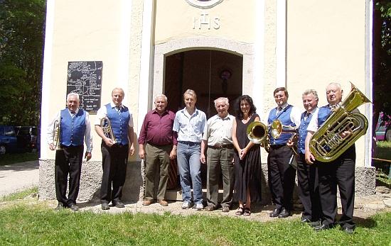 S muzikanty před kaplí ve Staré Huti, vlevo od něho opět Franz Kindermann a Walter Wagner jun., vpravo farářka