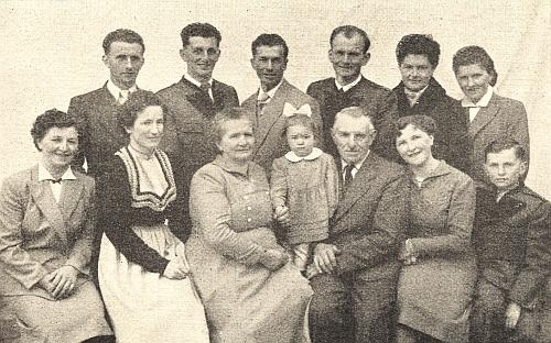 ... a další rodinný snímek, pořízený při téže příležitosti, ze stránek krajanského měsíčníku