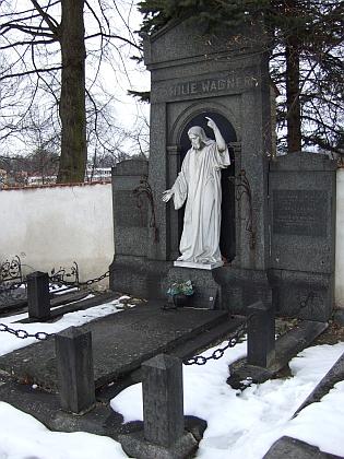 Hrob Theodora Wagnera v Nových Hradech s detailem náhrobku a nejasně zachovaným letopočtem Wagnerova skonu