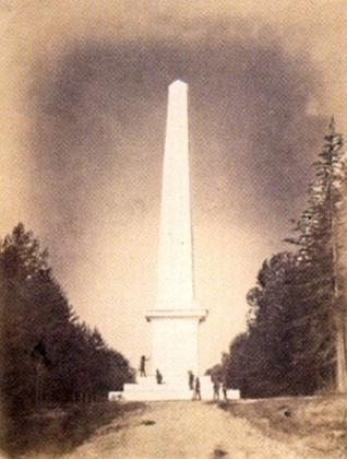 Obelisk v oboře Kapinos na snímku asi z roku 1862, zbudovaný v letech 1858-1860 ze dřeva aopatřený vápenným nátěrem imitujícím kamenný materiál