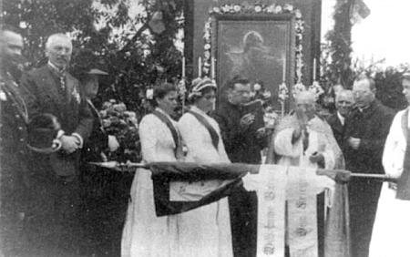 Zde je zachycen jako čestný host svěcení praporu vojenských veteránů v Křišťanově roku 1913