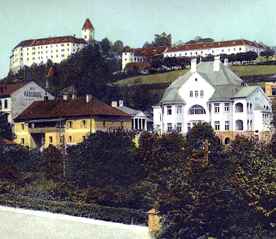 Na kolorované pohlednici je sloupoví terasy náležející otcově vile trochu skryto za honosnou vilou Fritze Waldeka