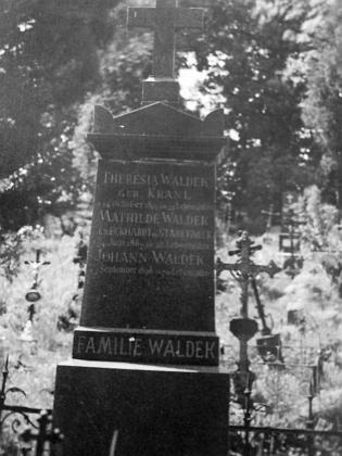 Hrob jeho rodičů a babičky z otcovy strany ve Vimperku