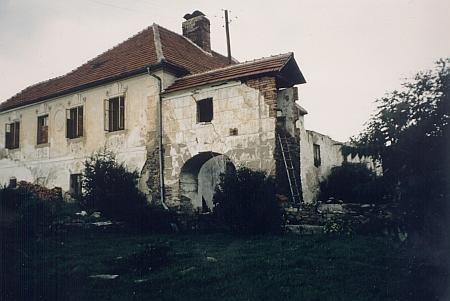 Zdevastovaná budova někdejšího mlýna ve Vracově