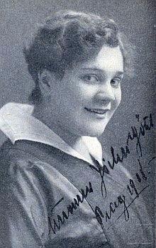 """Suzanne Jicha-Götzlová na snímku s jejím vlastnoručním podpisem a datací """"Praha 1918"""""""