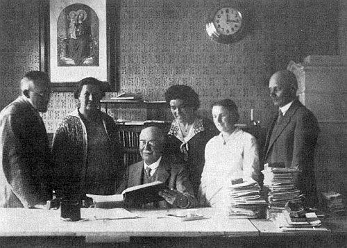 V redakci u Steinbrenerů roku 1932 stojí třetí zprava