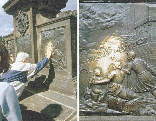 Reliéf na Karlově mostě tolikrát dotýkaný rukou poutníků