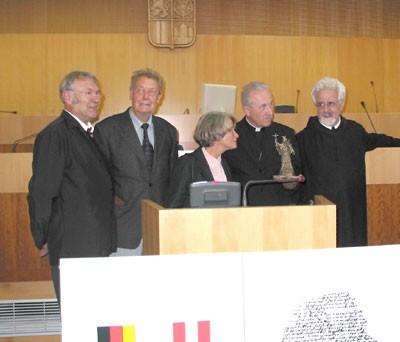 V Českých Budějovicích roku 2003 při převzetí Kulturní ceny česko‑německého porozumění v budově Krajského úřadu hned naproti Jihočeské vědecké knihovně stojí prvý zprava - prvý zleva je zachycen i Leopold Hafner, uprostřed pak Barbara von Wulffen
