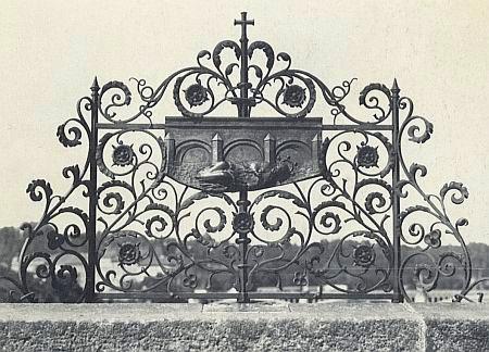 Mříž na Karlově mostě připomínající místo, kde byl Nepomuk shozen do vltavských vod