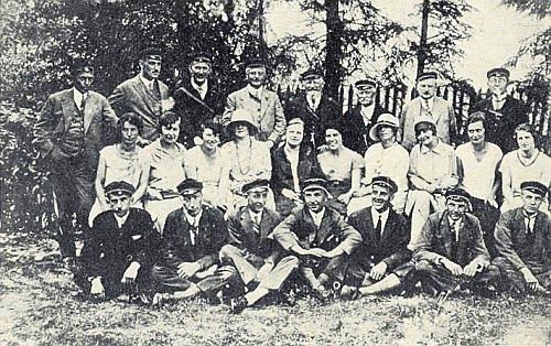 Na vzácném snímku, doprovázejícím jeho vzpomínku na Hanse Schreibera, je zachycen stojící druhý zleva, od něho napravo Koeppel, Watzlik, Zettl a Schreiber, v prostřední řadě sedící pátá zprava jeho sestra Marie Anna