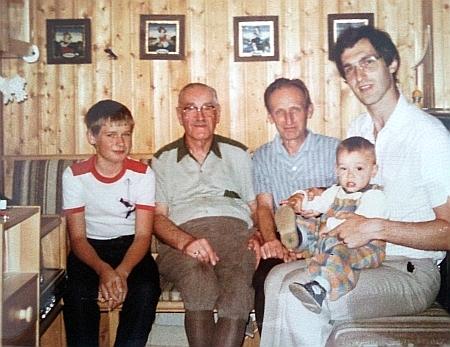 Wilhelm Waldek na snímku z roku 1984 mezi svými českými příbuznými Jiřím a Vilémem Waldekovými (zleva doprava),     napravo sedí jeho syn Gunther Waldek a na jeho klíně vnuk Norbert