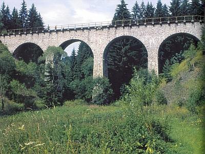 Klášterský viadukt nad Arnoštským potokem, otevřený provozu 9. července 1900 v rámci tehdy dokončeného úseku Volary-Strakonice