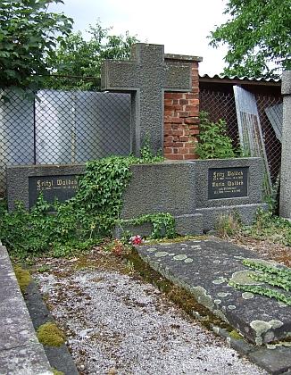 Hrob jeho a sestřiných rodičů ve Vimperku
