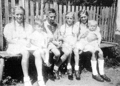 Děti z Klášterského Mlýna čp. 7, ta maličká úplně vpravo na snímku z roku 1941 je Irmtrude Wallischová