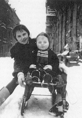 Jedenáctiletá už se svým synovcem Rolandem roku 1951 v Karlsruhe, městě dosud značně poničeném válkou
