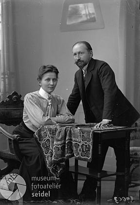 Se ženou na dvou snímcích z českokrumlovského fotoateliéru Seidel ze září roku 1909