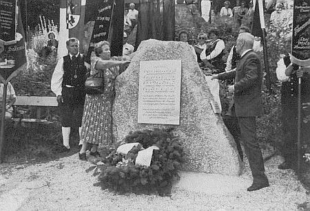 Wallnerova vnučka a Alois Ernst Milz odhalují roku 1990 památník Wuldalied při rozhledně zvané Moldaublick