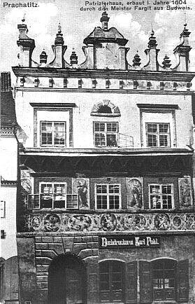 Prachatická knihtiskárna Karl Pohl, kde vyšla tato kniha a kde vycházel i Peterův časopis Der Böhmerwald, v historickém Sitterově domě...