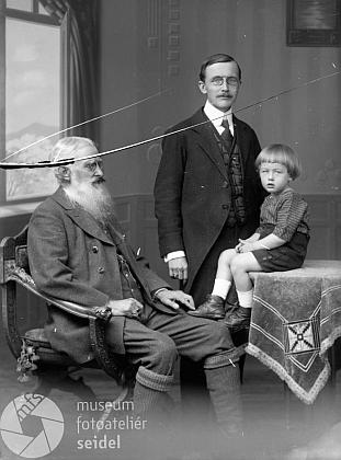 S otcem a dědečkem na snímku ze srpna roku 1921
