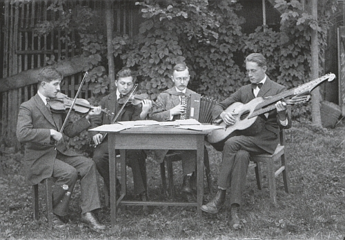 """Otec (druhý zprava) s muzikanty na snímku od """"Seidelů"""", datovaném 10. června 1923"""