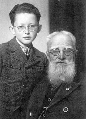 Se svým dědečkem, lesmistrem Wilhelmem Walterem (*4. listopadu 1853 vsaském Ulbersdorfu, †16. června 1942 veVolarech)