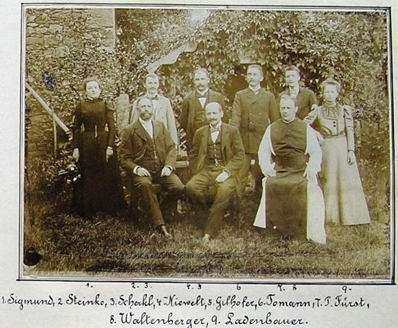 Jako mladý učitel v Horní stropnici roku 1898 stojící druhý zprava, sedící prvý zleva je ředitel školy Franz Steinko (viz i Konrad Leppa, Benno Karlez a Antonie Pifflová)