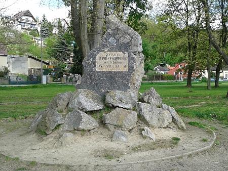 Kámen na tzv. Pokutní louce v Hluboké nad Vltavou, připomínající Závišův konec