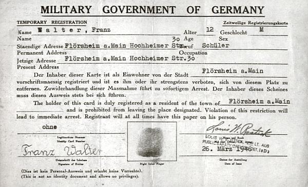 Bylo mu 12 let, když mu byl okupační správou v poraženém Německu vystaven tento přechodný dokument s jeho otiskem prstu a podpisem