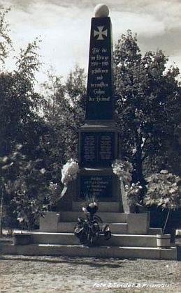 Někdejší volarský památník padlých v1.světové válce na Seidelově pohlednici