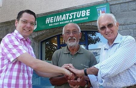 """Tady ho vidíme zcela vpravo při potvrzení toho, že město Waldkirchen přebírá od roku 2014 do své péče """"domovskou jizbu"""" volarských krajanů, podáním rukou s novým waldkirchenským starostou Heinzem Pollakem aHeinrichem Scharrenbroichem"""